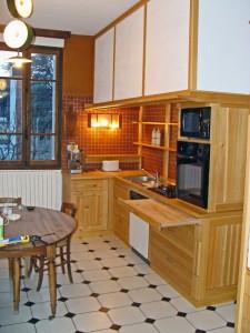 Meubles de cuisine sur mesure tout intégré en mélèze