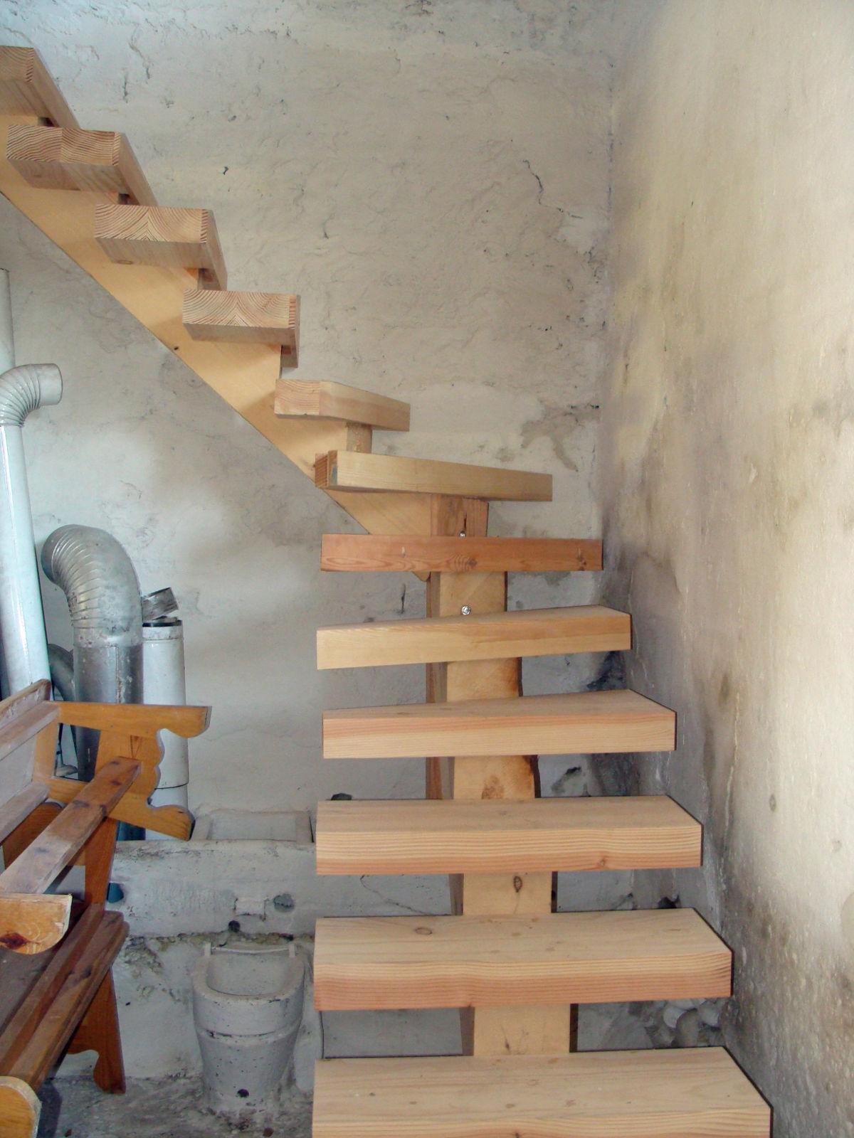 Escalier en L, sans rampe, En bois massif